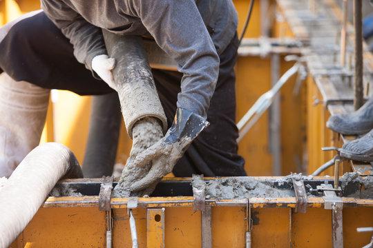 住宅の基礎工事 型枠への生コン打設