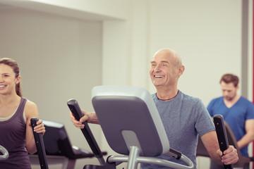 älterer mann trainiert im fitnessclub
