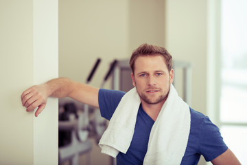 mann im fitness-studio