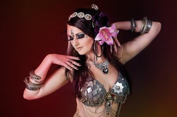 Hübsche, orientalische Tänzerin
