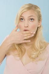 Junge Frau, die Hand auf den Mund, Portrait