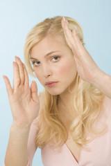 Blonde Frau, die sich verteidigt, Portrait