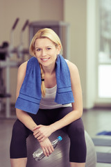 lächelnde blonde frau im fitness-studio