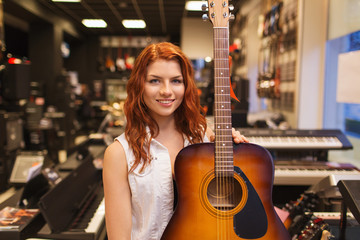 Spoed Foto op Canvas Muziekwinkel assistant or customer with guitar at music store
