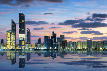 Photo sur Aluminium Abou Dabi View of Abu Dhabi Skyline at sunset