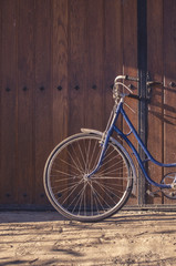 Photo sur Aluminium Old or classic bicycle on a wooden door