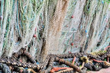 Filets de pêche étalés pour le sèchage