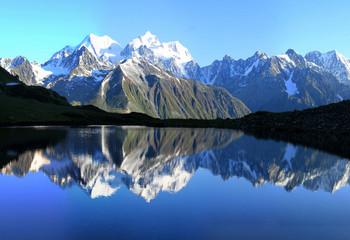 г.Белуха (4506 м.) отражается в оз.Равновесия (на 2400 м.)