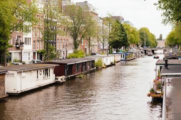 Hausboote in einer Gracht, Amsterdam, Niederlande