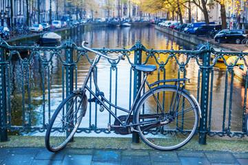 Fahrrad auf einer Kanalbrücke in Amsterdam