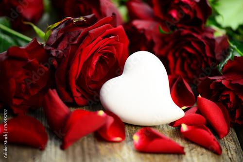 Сердце из лепестков белых роз без смс