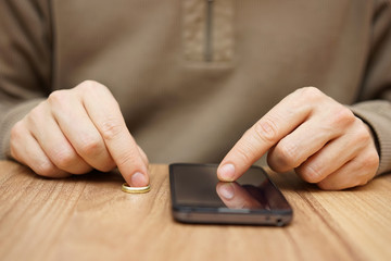 Man is flirting with another woman over mobile phone to go on da