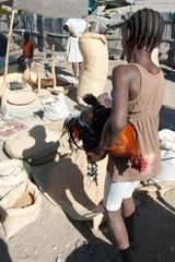 Marktszene mit lebendem Huhn, Verrettes, Haiti