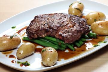 Steak mit Bohnen und Pellkartoffeln