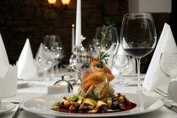 Festlich und luxuriös gedeckter Tisch