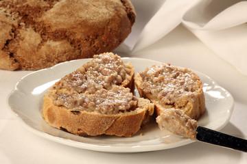 Frische Brot mit Griebenschmalz