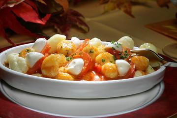 Selbstgemachte Gnocci mit Mozarella und Tomatensauce