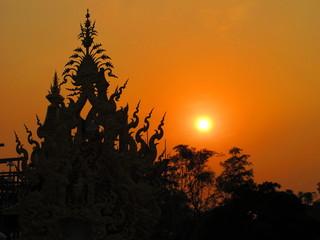 Fototapeta Sonnenuntergang - Wat Rong Khun