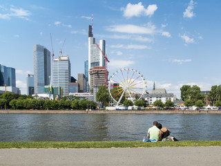 Frankfurt am Main Liebespaar am Mainufer