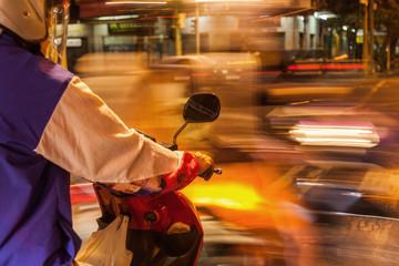 Motorrollerfahrer nachts im Straßenverkehr