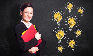junge Geschäftsfrau mit vielen Ideen