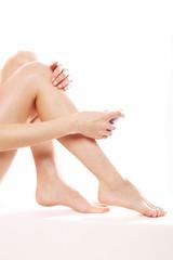 Depilacja, kobieta depiluje łydki