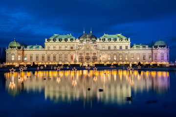 Photo sur Plexiglas Vienne Palace Belvedere with Christmas Market in Vienna, Austria