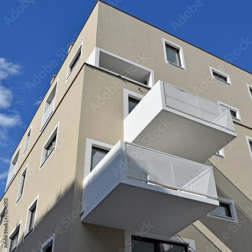 wohnhaus balkon beton stockfotos und lizenzfreie. Black Bedroom Furniture Sets. Home Design Ideas