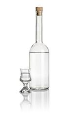Spirituosenflasche und Schnapsglas mit klarer Flüssigkeit