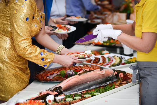 Gäste bedienen sich am Fischbuffet