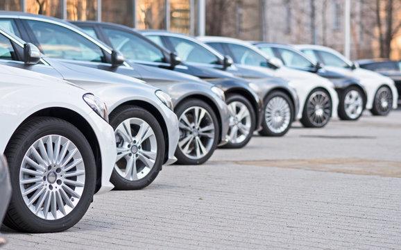 Autos stehen zum Verkauf