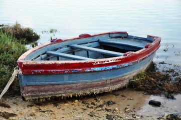 Barca de remos parada en la orilla, embarcaciones