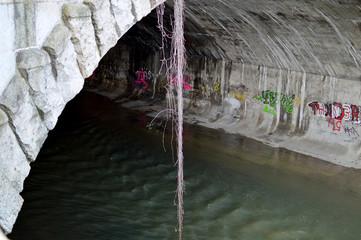 Flussbett mit Gewölbe