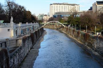 Wienfluss mit Brücke und Promenaden