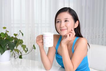 珈琲を飲み寛ぐ女性