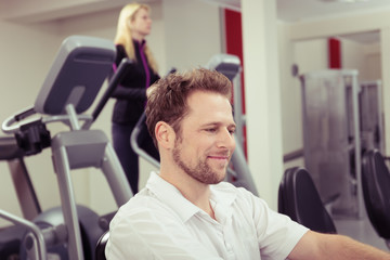 paar trainiert im fitness-club