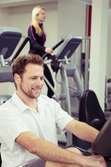 paar macht ausdauertraining im fitnessraum