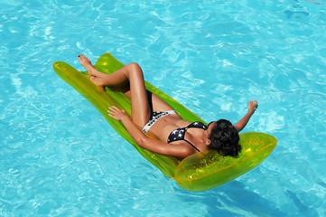 Femme sur bain de soleil