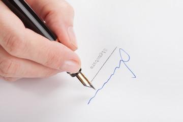 Weibliche Hand unterzeichnet ein Blatt