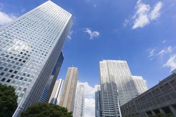 青空の新宿高層ビル街