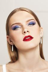 Портрет красивой девушки с вечерним макияжем