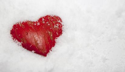 coeur congelé sous la neige