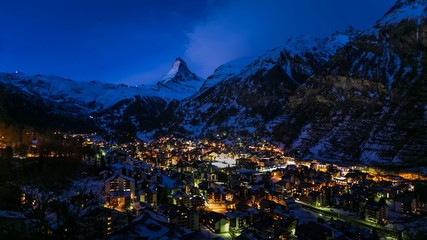 Fotomurales - Zermatt Ski Resort and Matternhorn Peak in the Morning