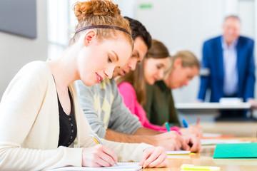 Universität Studenten schreiben Examen Test