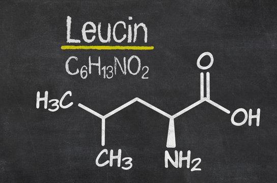 Schiefertafel mit der chemischen Formel von Leucin