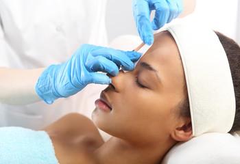 Depilacja, regulacja brwi woskiem w salonie kosmetycznym