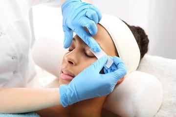 Stylizacja, depilacja brwi w salonie kosmetycznym