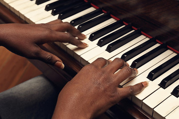 Fotomurales - femme africaine jouant du piano