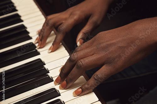 Fotomurales femme africaine jouant du piano
