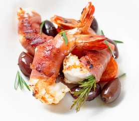Shrimps with bacon, olives and rosemary